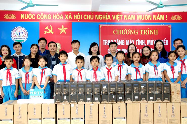 Trao 30 bộ máy tính, 02 máy chiếu cho các trường Tiểu học khó khăn trên địa bàn tỉ